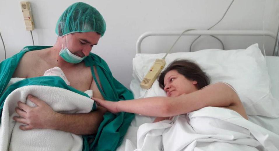 Marta je prvo novorođenče koje je nakon porođaja zaspalo na prsima svoga tate