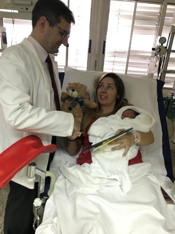 Ravnatelj vinkovačke bolnice pozdravio prvu vinkovačku bebu u 2018. godini, a Boso majci darovao bon od 5000 kuna